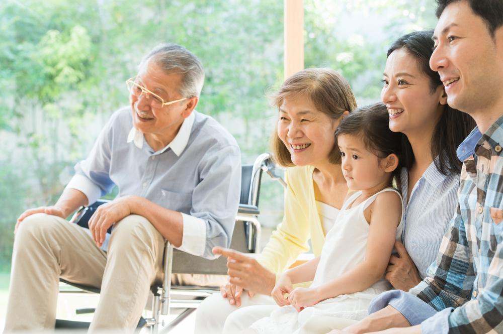 テレビを見て笑う家族