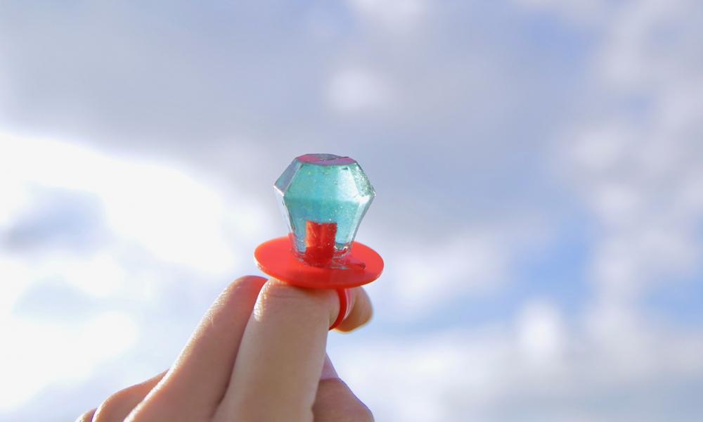 大きな宝石の形をした、カラフルなキャンディーがついた指輪型のお菓子は、「〇〇〇〇リング」