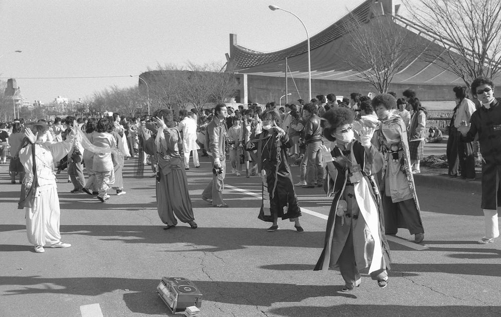 (1) 東京・原宿の代々木公園の歩行者天国で、独特の鮮やかな衣装を身に着け、ディスコサウンドに合わせて、踊っていた若者たちは「〇〇〇〇族」と呼ばれた。