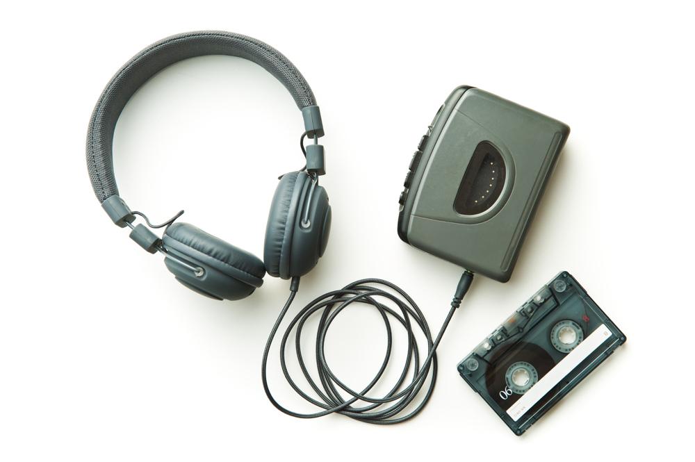(3)ソニーから発売された、ヘッドホンだけで聴く、携帯可能な小型の再生専用音楽プレーヤーは、「〇〇〇〇〇〇」。瞑想する猿、チョロ吉がテレビのCMに登場したことでも話題に。