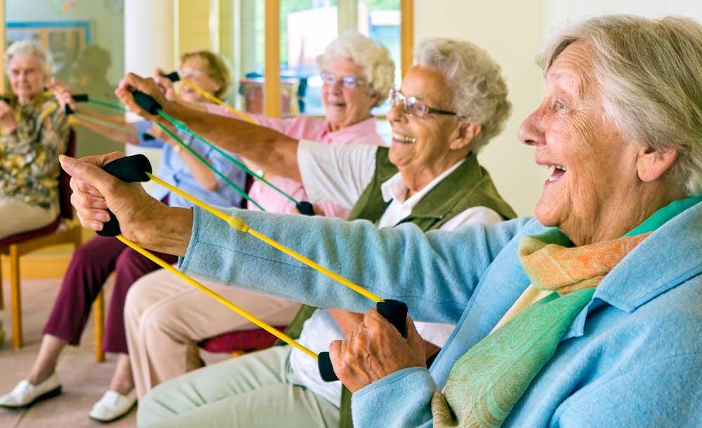 デイサービスで楽しく運動するシニア。会話する回数が増え、認知機能低下を進行させにくい生活を送ることができます