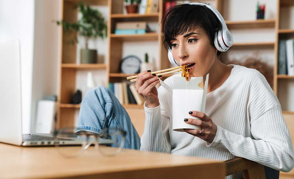 ヘッドフォン、TVを見ながら食事するのはNG。食べている意識を脳に伝えましょう