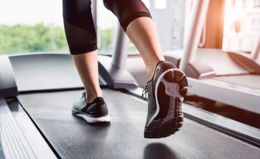ランニングマシーンを走る人。筋トレではなく心拍数を上げるランニング、ウォーキングが脳機能を向上させます。